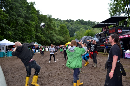 Fans spielen im Matsch Volleyball